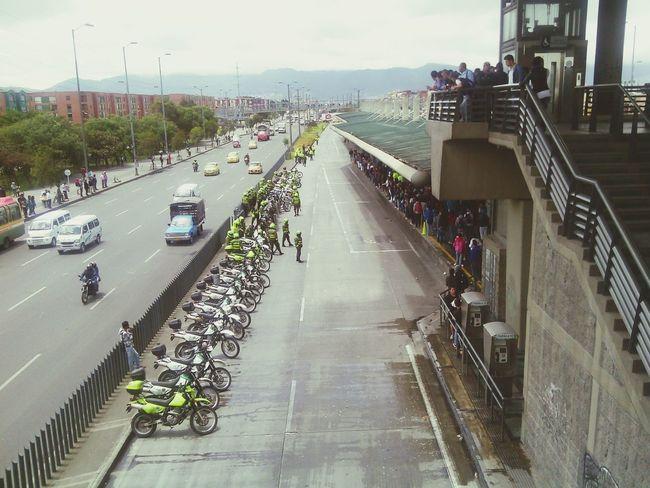 Policia vs Ciudadano ¿quien ganara?? Bogota. Trasmilenio Policia
