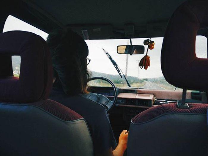 車上對話一則: 我:啊!下雨啦!!😧😧😧 後成:對喔!下雨嚕!😊😊😊 . 下雨天有浪照衝 落雨又有乜好怕喎