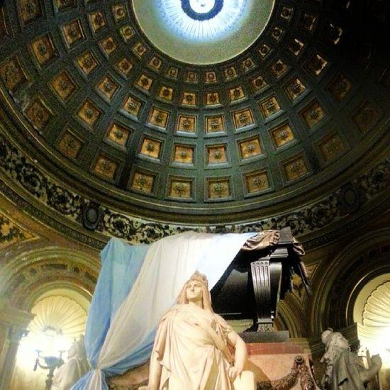 En esta catedral descansa los restos del General Jose de San Martin que junto con Bolivar son considerados los dos libertadores mas importantes de Suramerica de la colonizacion Española.