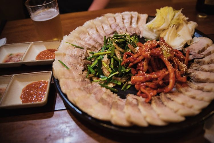 Korean food, bosam. 보쌈. Great for meal or for a side dish when drinking 🍺🍶 Hello World Korean Food Korean Food Night Culture Beer Food For Beer South Korea Seoul Food And Drink Asian Foods Pork Restaurant Food Photography Nikon Food Stories