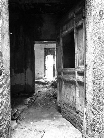 Old abandoned house Abandoned House Black & White Italia Old Town South Italy Abandoned Architecture Black And White Black And White Photography Built Structure Calabria Door Doorway Indoors  No People Old House Verbicaro