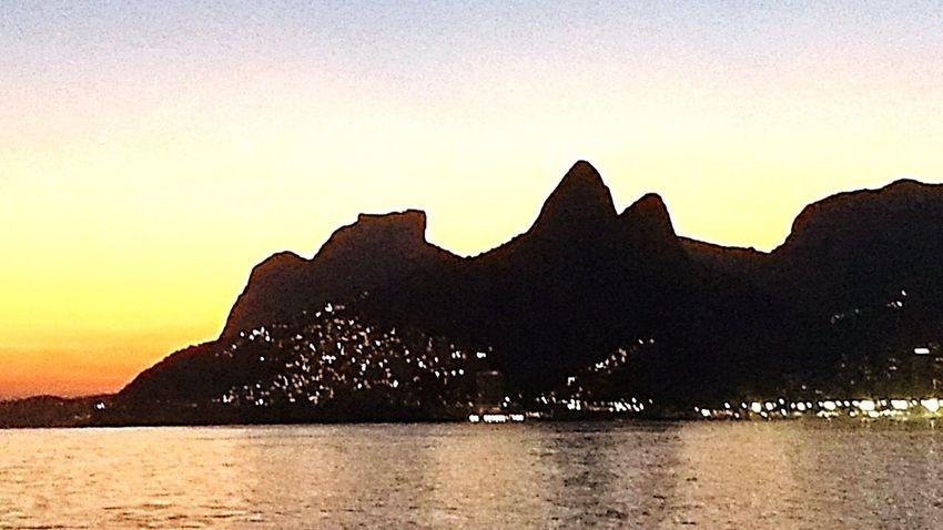 Morro Dois Irmãos e Comunidade da Rocinha iluminada Sunset Rio De Janeiro Copacabana Rocinha Arpoador Cityscape