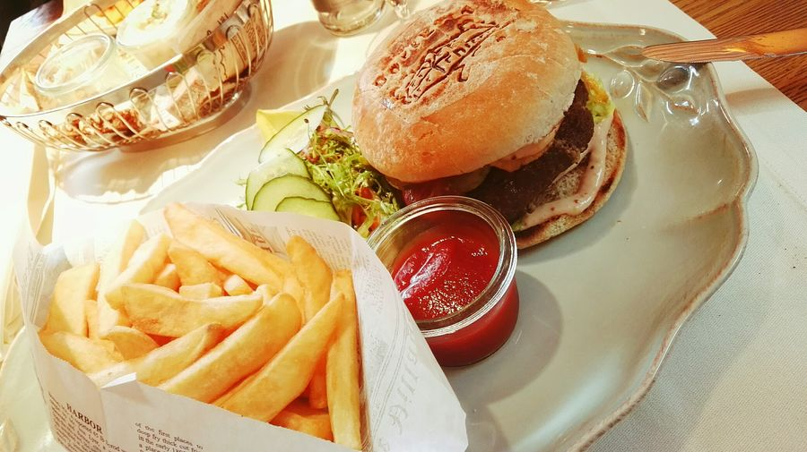 Food Bio Burger Burgers & Fries Close-up Freshness Ready-to-eat Restaurant Dorfkrug Crispy Tasty Free Range Beef New York Style Paper Bag Feed The World ShareTheMeal Ready To Share