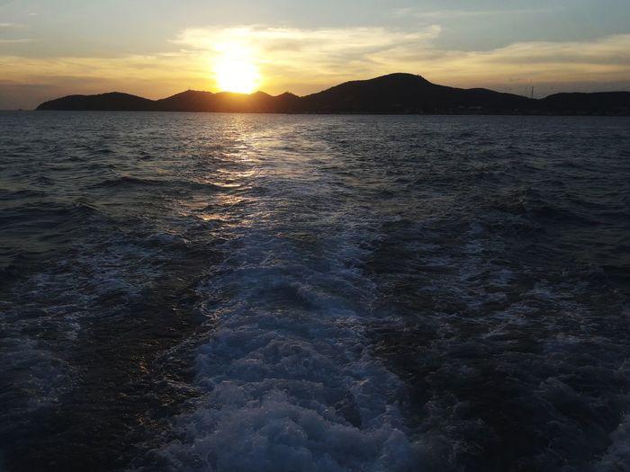 แสงตะวันสุดท้ายของปี2017 การเดินทางวันสิ้นปี.. การเดินทาง การเดินทางที่แสนพิเศษ The Great Outdoors - 2018 EyeEm Awards Astronomy Water Mountain Sea Sunset Beach Cold Temperature Sun Reflection Dramatic Sky