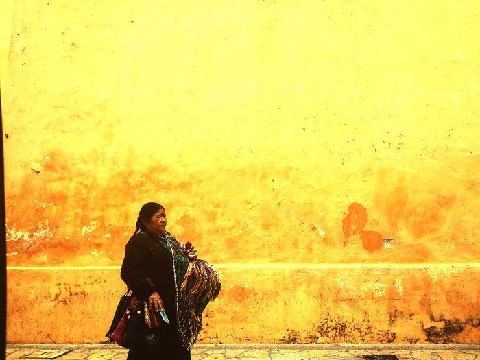 Mujer indígena tsotsil caminando con su venta artesanal por plaza central de la ciudad de San Cristóbal de las Casas, Chiapas, México. Mujer, Woman, Indigena, San Cristóbal, Chiapas, One Person Real People Only Women
