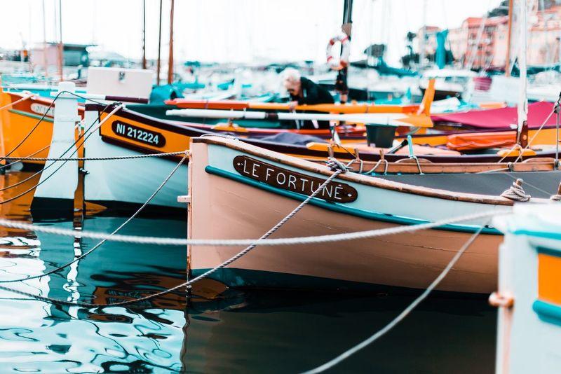 Les pointus petits bateaux de pêche du pourtour méditerranéen leur nom et le fait de pêcheurs bretons du 19eme siècle étonnés de voir l'avant et l'arrière du bateau pointu Vintage Old PACA French Riviera Fish Cannes Classic Boats Mediterranean  Nautical Vessel Moored Transportation Mode Of Transport Water Focus On Foreground Harbor