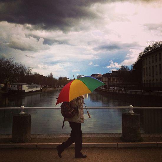 Streetphotography The Press - Work The Umbrella