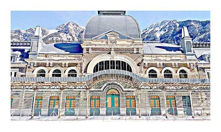 Quizás el truco sea entregarse como si nunca fuera a doler. A la vida, al amor, al sexo, a la poesía, incluso entrégate a ti mismo. Como si fueran a prohibirlo todo mañana ❕❕ ________________________________ Canfranc Canfrancestacion Internationalrailwaystation Pirineo Pirineos Pirineoaragones Pyrinees Huesca Canfrancinternationalstation Mountain Montana Snow Snowboarding Railstation Pic Picsart Picsoftheday Photo Photoofday VSCO Vscocam