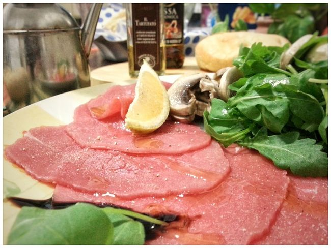 Carpaccio di manzo con funghi e rucola. Food And Drink Freshness Food Lemon SLICE Indoors  Serving Size Plate Indulgence No People Ready-to-eat Healthy Eating Close-up Carpaccio Meat Beaf Raw Meat   Raw Food Android Photography Smartphone Photography Arugula Champignons