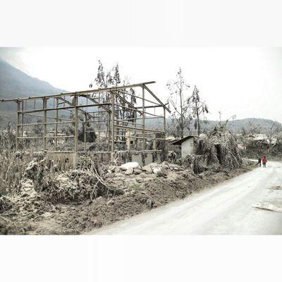 Sisa-sisa kehancuran. Location : Desa Sigarang-garang, Tanah Karo Inub5834 Instanusantara Instanusantaramedan
