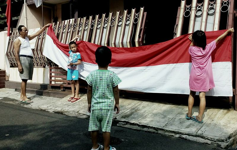 A family prepare for Indonesia independent days