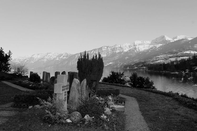 lebet in Frieden - ruhet in Frieden Berge View Blackandwhite In Memory Outdoors Ruhe Friedhof Silence Landscape Landschaft Frieden Freedom Tree Mountain Sky Tranquility Mountain Range
