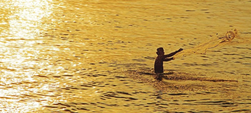 Casting the net Fishing Fishing Time Fishing Net Fisherman Net Casting Net 43 Golden Moments Sunset Sunset_collection Sunset Silhouettes Sunsets Sunset And Water Earning A Living Showcase July Showcase July