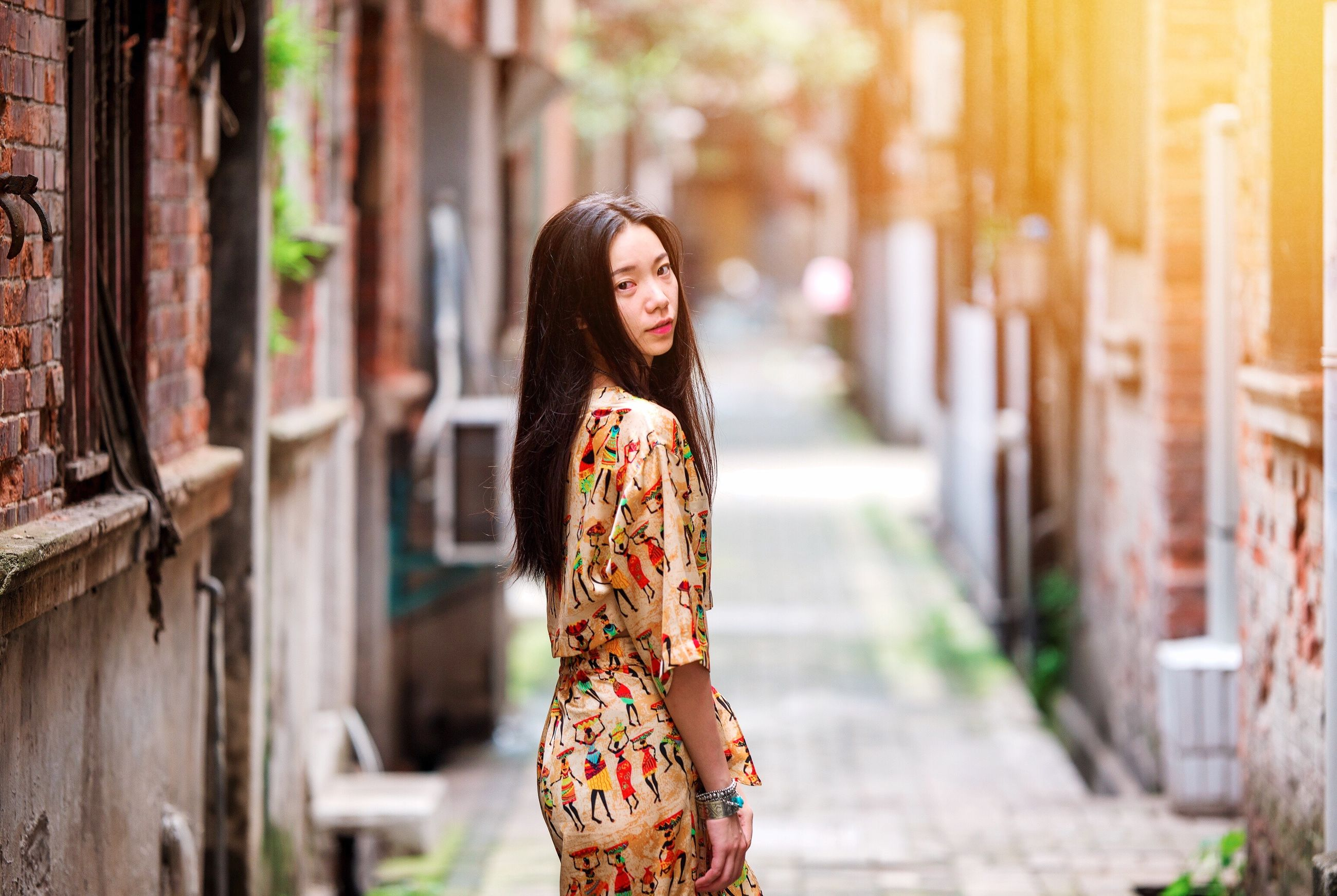 focus on foreground, lifestyles, standing, front view, casual clothing, young adult, looking at camera, portrait, person, leisure activity, waist up, three quarter length, smiling, young women, fashion, day, outdoors