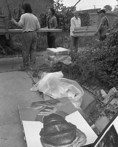 张海涛在宋庄艺术合作社策划了权冲艺术展,正挨家运作品到关辛庄的展厅。画面前部的油画是刘国强的作品。图中左二是张海涛,左一是宋庄艺术合作社主要负责人张海鹰。左三与左四是刘港顺与程广。2004年 12820764 10909308 5093 1613