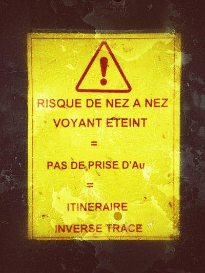 un risque quand on se balade le nez au vent Yellow Close-up Text Communication No People Indoors  Day Urban Exploration Sncf_officiel Quai De Gare Panneaux Jaune🌻 Attention To Detail Attention Marseilleinsolite