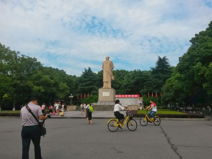 Tree Cloud - Sky Statue Sculpture Sky Outdoors Travel Day Travel Destinations Transportation People Bicycle Adult Architecture City Mao Tse Tung China Traveling Patriotism Changsha Land Vehicle Cycling Tourism Visiting