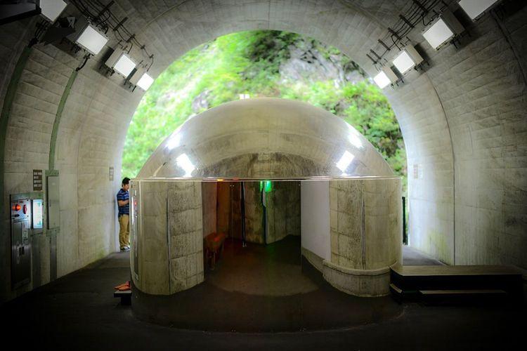 中からは外が見えるmirror glasの、実はtoilet。 Reflection Architecture Tunnel Indoors  Built Structure Subway Panoramic Transportation Industry Building Metal Illuminated