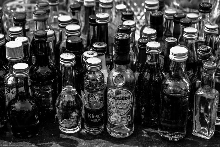 Nikon D3100 / AF-S NIKKOR 18-55 mm Alcohol Alcool  Black And White Blackandwhite Bottles Bouteilles Bouteilles De Verre Corks Drink Etiquette Glass Bottles Labels Large Group Of Objects Mignonette Noir Et Blanc Noiretblanc Petites Bouteilles Small Bottles Transparent Verre