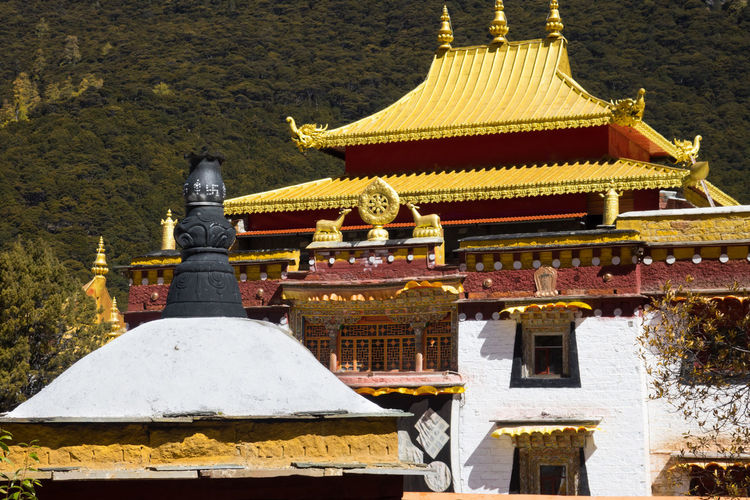 Chongu Buddhist temple in the Daocheng Yading National Nature Reserve know as Nyidên in Tibetan, Ganzi, Sichuan, China Architecture Religion Built Structure Belief Place Of Worship Building Exterior Spirituality Building No People Travel Destinations Roof Nature Day History The Past Outdoors Spire  Shrine Ornate Tibet China