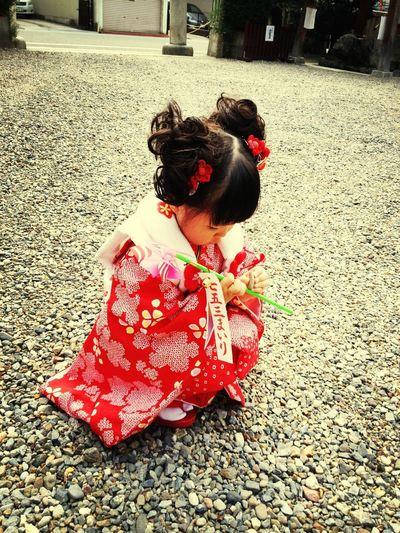 近所の神社で、七五三のお参り。神主さんが優しくてフレンドリー!それを見抜いたのか、ピノはお祈り中に遊びまくり。。