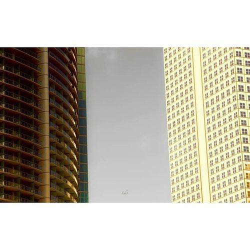 Goldenflag Golden Flag Drapeaudore Drapeau Dore Twobuildings Two Building Deuximmeubles Deux Immeuble Bâtiment  Brickell Façade Miami Florida Floride Architecture