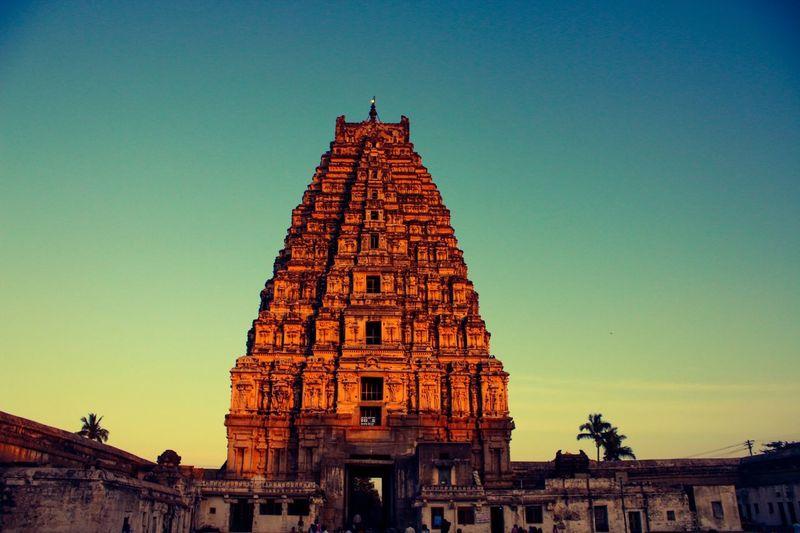 Hampi, Karnataka ... Amazing architectural structures .! India Wanderlust Karnataka Hampi  Chandnisarcarphotography SUPPORT Temples