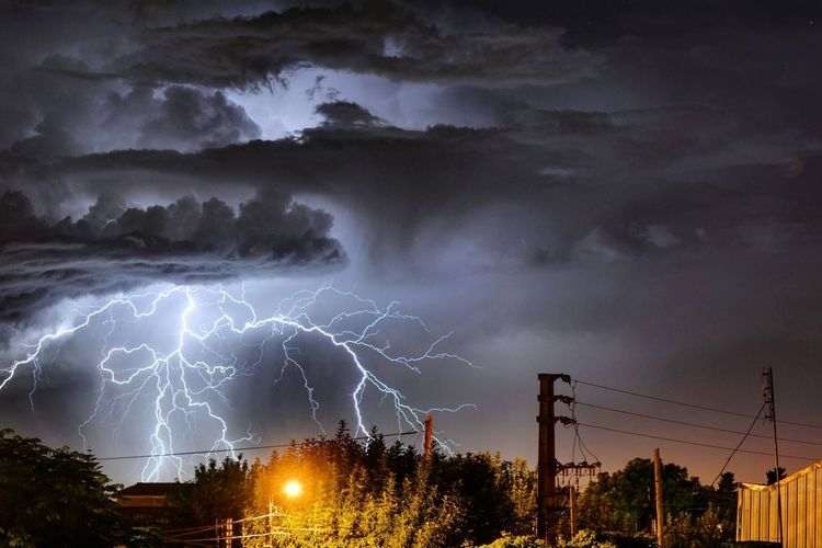 Relampago Rayo Relampagos V/s Truenos Tormenta Storm Cloud Storm Dramatic Sky Night Power In Nature Electricity  No People Thunderstorm Tree Lightning Sky City Nature Llavallol Buenosaires Argentina Storm Outdoors Sunset