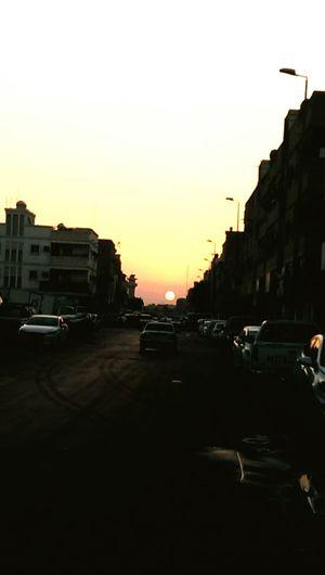 رغم تلوث هذا الزمان ..لابد أن يكون عندك ثقه بأن هناك نفوس مازالت نقيه..... تصويري_المتواضع Hello World Sunset Silhouettes