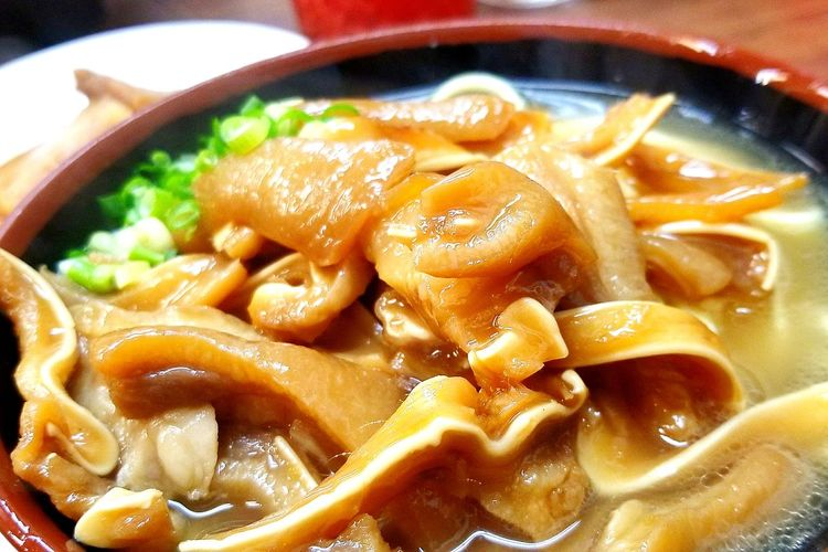 今日のお昼ご飯。神奈川県鶴見の『うちなーすば やーじ小』さんの耳皮(ミミガー)そば。この近辺でお仕事だったのですが、近くに来ると寄りたくなるお店です。大きくない店内ですが、いつもお客さんがいっぱいで、外まで行列なんですよ。またいつか沖縄行きたいねって話しながら食べてました。コリコリ歯ごたえがあって美味しかったです。(っ˘ڡ˘ς)あっ、そういえば長男くんは、もうすぐ修学旅行で行くんでした。いいなぁ〜。いつか、いつかのためにお仕事頑張るぞー! 沖縄ソバ 沖縄 沖縄行きたい やーじ小 ミミガー 鶴見 美味しかった ごちそうさま お昼ごはん Food