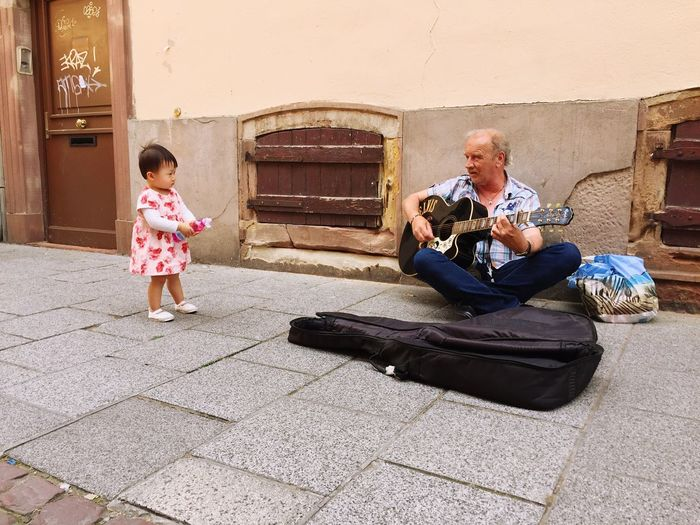 TakeoverMusic 🎵🎵🎵👧🏻👀 Two People Happiness Music Playing Lifestyles Guitar Street Musicians Baby Litsening To Music Hey  Afternoon Warm France Strasbourg Oh Lala