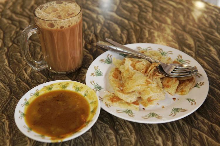 Popular meal in Malaysia. Teh tarik or oulled tea milk with roti canai and curry. Breakfast Roti Tea Teh Tarik Delicious Malaysia Mamakrestaurant Meals Muslim Roti Canai And Curries
