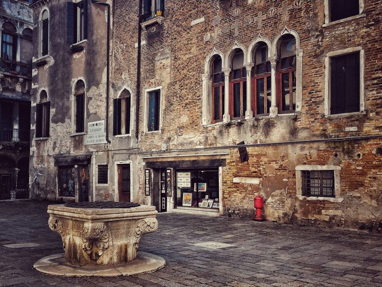 Venice Venice, Italy Architecture Traditional Architecture Building Exterior Weathered Weathered Wall Italy Pictoresque Well  Pozzo Campo First Eyeem Photo Architectural Detail Architectural Feature Windows Old City Old Buildings Atmosphere