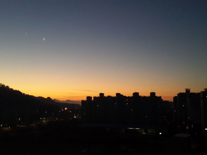 보기 힘든 그믐달을 보았다ㅎㅎ!! AM 7:00!!! with the old moon!! wonderful!!! Moon Stars Sunrise Old Moon