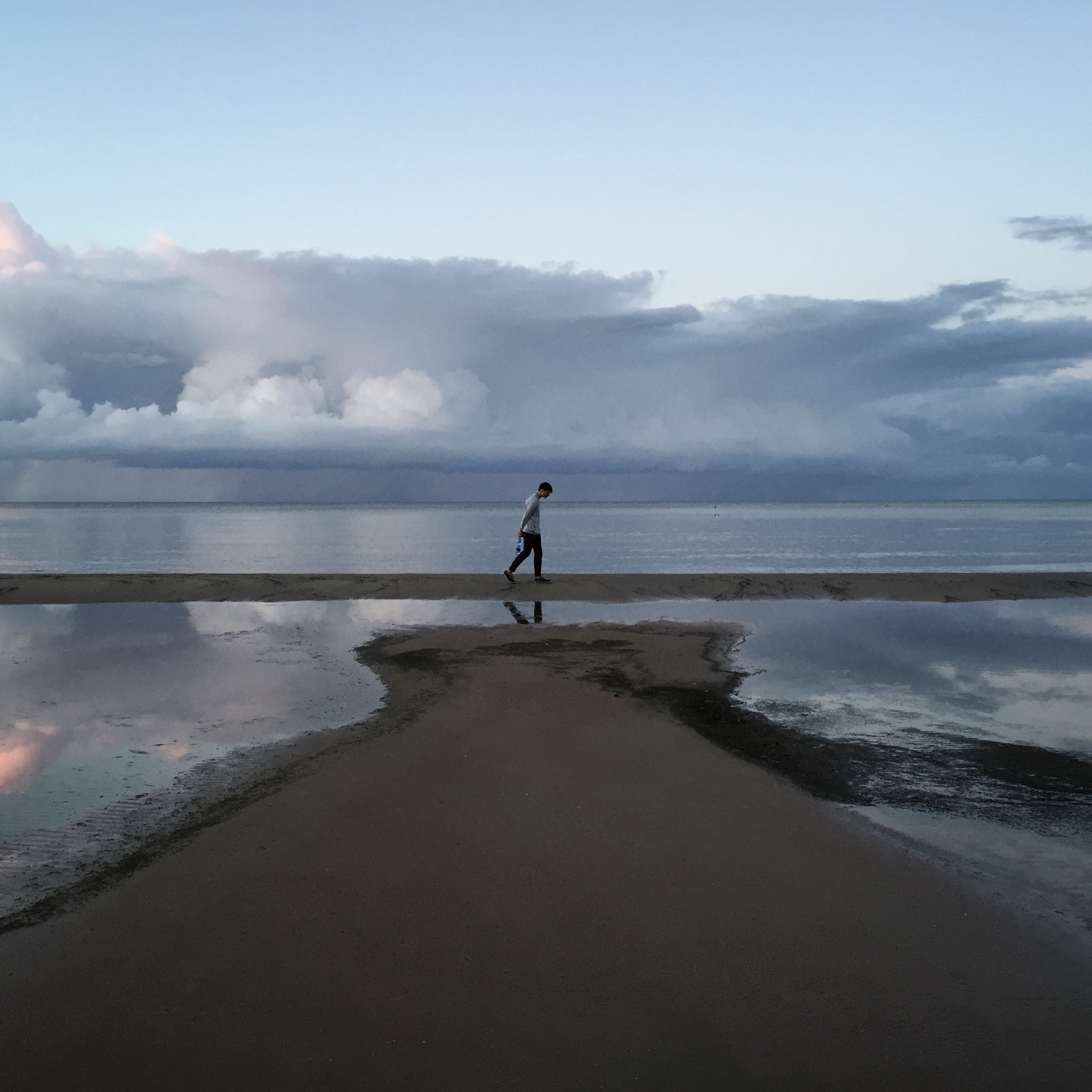 sea, water, sky, full length, tranquil scene, horizon over water, beach, tranquility, scenics, silhouette, standing, lifestyles, beauty in nature, rear view, leisure activity, shore, walking, nature