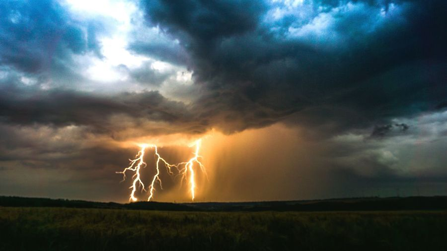 lightshow Gewitter Gewitterwolken Blitz Lights Lightning Forked Lightning Thunderstorm Power In Nature Cyclone Tornado Storm Cloud Illuminated Sunset Extreme Weather Monsoon Horizon Over Land Rainfall RainDrop Wet Weather Rain