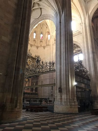 Catedral de Segovia Creyente Paz Oración Rezo  Tourism Iglesia Destination IPhoneography Architecture Built Structure Building Arch Religion History The Past Spirituality Belief Place Of Worship No People Indoors  Travel Destinations Day Window Architectural Column Arched
