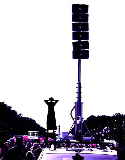 Der Rufer. Lautsprecher Skyline Berlin 17 . Juni Siegessäule  Rufer Verfremdet Farbenspiel Brandenburgertor Outdoor Photography Derrufer Visitberlin Loudspeakers Loud Pink Color Rosa Pink Lila Thecall TheCalling OldNew Alt-neu