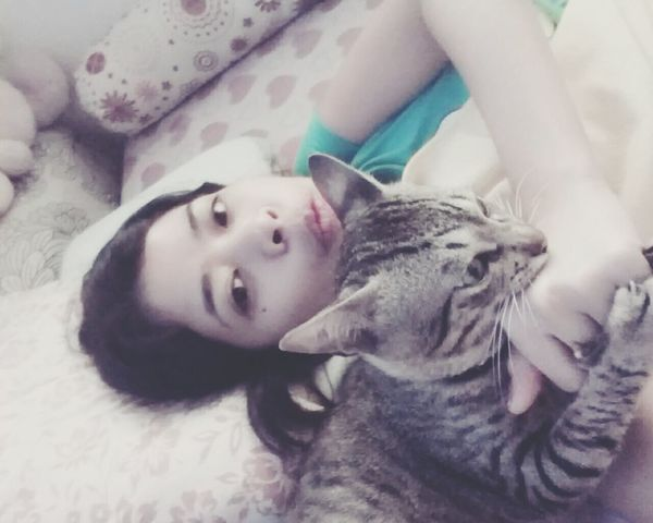 Aawwww he is biting me now . Coz he wanna go out of the room ^^ how lovely .. (playing before we sleep) Cat Kitty Catlover Kaká