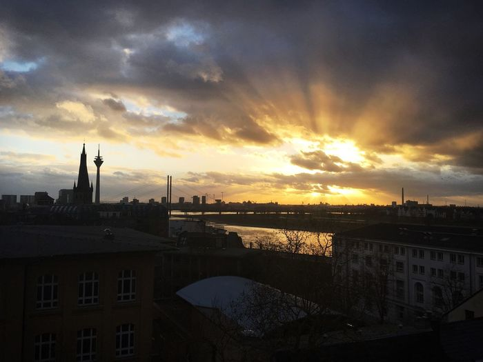Über den Dächern von Düsseldorf Düsseldorf Sky Architecture Sunset Built Structure Building Exterior Cloud - Sky Water Outdoors City