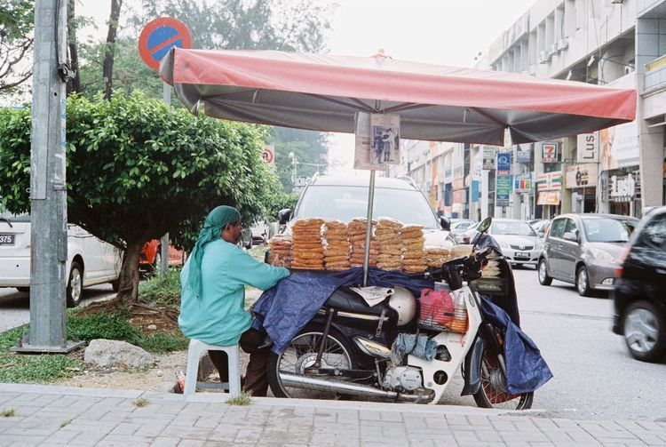 Streetphotography Midday Analogue Photography Kodak Film Photography Rangefinder Filmisnotdead Shootfilmnotmegapixels 35mm Filmphotography Konica Streetfood Asian Culture Film The Street Photographer - 2017 EyeEm Awards