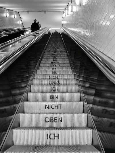 Streetphotography Hamburg Rolltreppe Aussage Notes From The Underground Subway U-Bahn Schwarz & Weiß EyeEm Best Shots EyeEm Best Edits ICH BIN NICHT UNTEN ICH BIN NICHT RECHTS ICH BIN NICHT LINKS ICH BIN NICHT OBEN