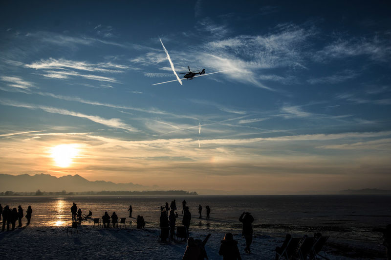 Warum werden Deutsche so alt? Na weil uns der Polizeihubschrauber bei brüchigem Eis an Land jagt...... Adult Adults Only Architecture Beach Beauty In Nature Day Frozen Lake Helicopter Horizon Over Water Lake Nature Outdoors People Police Police Helicopter Real People Scenics Sky Sun Sundown Sunset Water