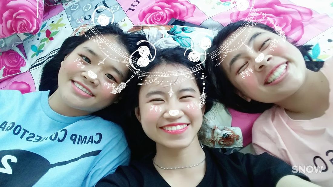 Smiling Cheerful Friendship Happiness Toothy Smile Togetherness Looking At Camera Confidence  Triển 加油清泉 Childhood Happiness Lifestyles Vietnamese Cute Triển Và Đồng Bọn 很可爱 Eyeglasses  Beautiful Woman