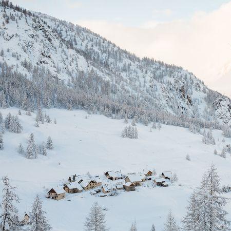 Snow Village Montagne Les Bronzés Font Du Ski Chasingsnow Deepfreeze Ski