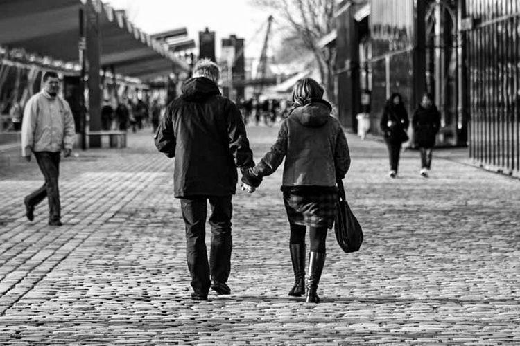 Long Goodbye Real People Women Men Mains Aurevoir Partir Two People Blackandwhite Noir Et Blanc Photography Connection Streetphotography Human Representation Liberté Poesie