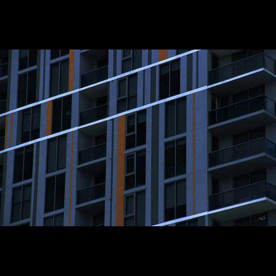 Sombrefluo Sombre Dark Fluo  Lignes Lines Building Architecture Grey Black Noir Mustard Moutarde Window Fenêtre Balcon Miami Brickell Downtown Followme