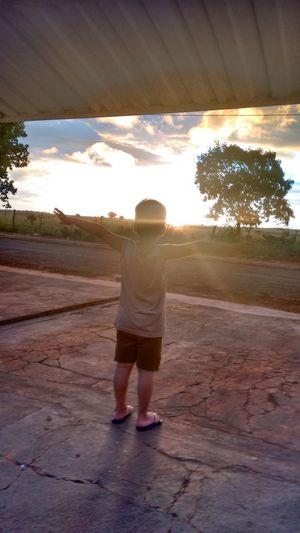 por do sol, lindo e maravilhoso com uma criança linda Full Length Standing Sunset Rear View Young Women Sky Desert