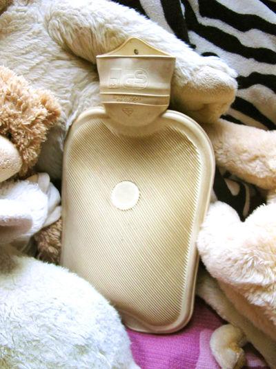 Wärmflasche Art Bed Bedroom Close-up Cozy Cuddles Home Kitsch Trash Winter Wärmflasche