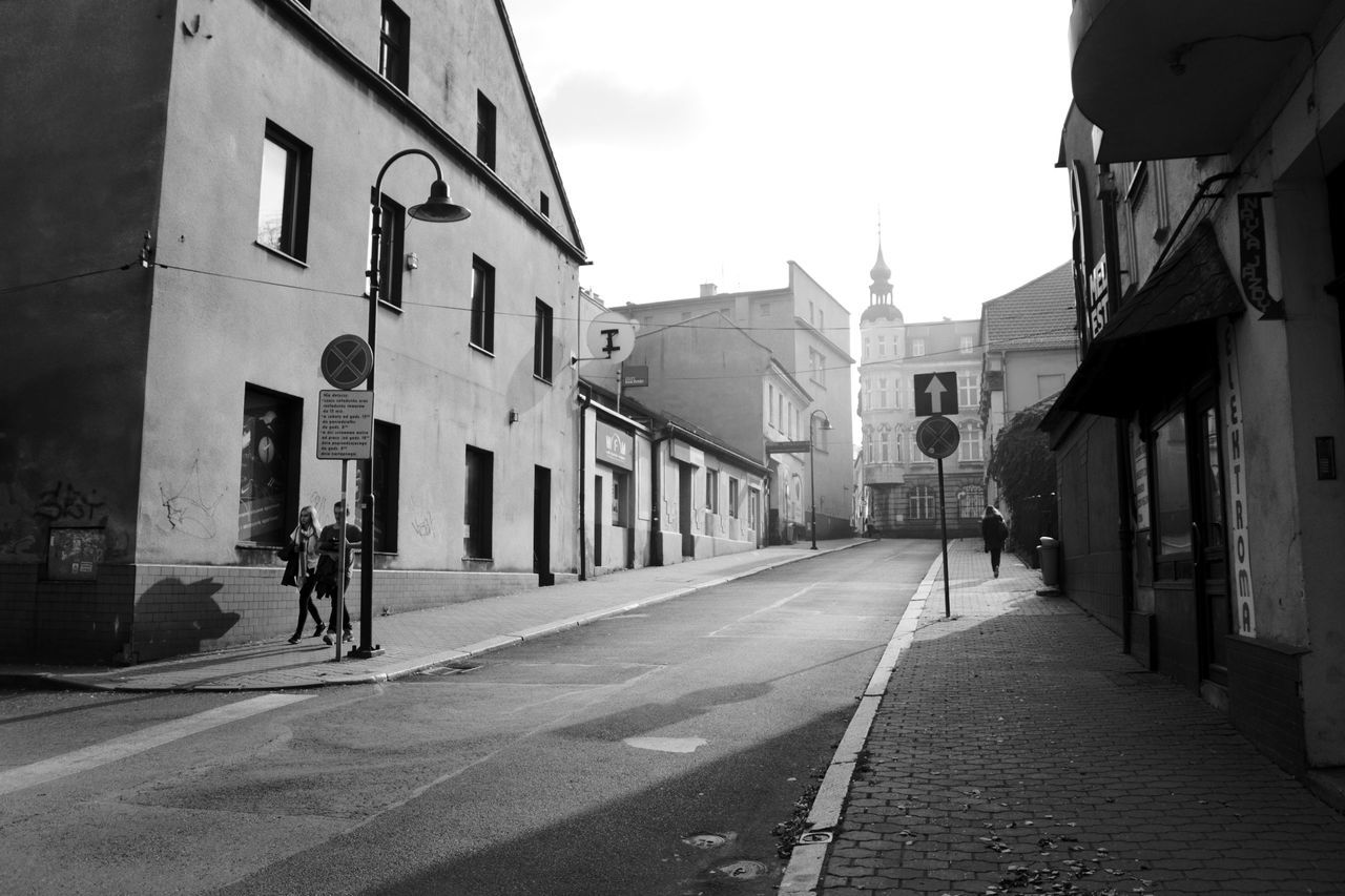 building exterior, architecture, built structure, street, the way forward, outdoors, road, city, day, real people, sky